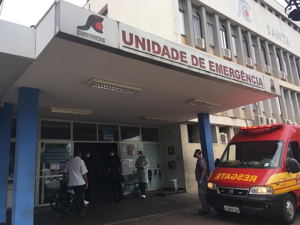 Sem vagas de UTI, Santa Casa de Jaú pede ajuda para transferir pacientes — Foto: Vanessa Aguiar/TV TEM