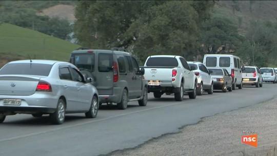 Colisão entre carro, caminhonete e caminhões deixa um morto e 4 feridos na BR-470, em Apiúna