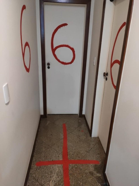Policiais encontraram símbolos religiosos na casa de jovem que matou os pais no ES — Foto: Reprodução/TV Gazeta