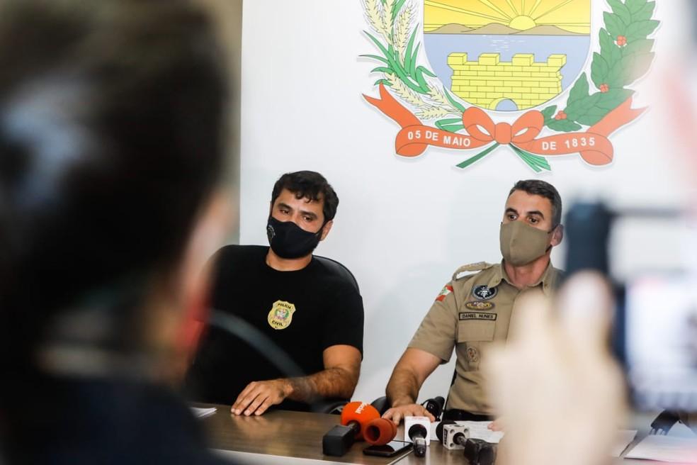 Delegado Paulo Alexandre Freyesleben e Silva e o Tenente-Coronel Daniel Nunes, comandante do 12º batalhão da PM — Foto: Diorgenes Pandini/ NSC
