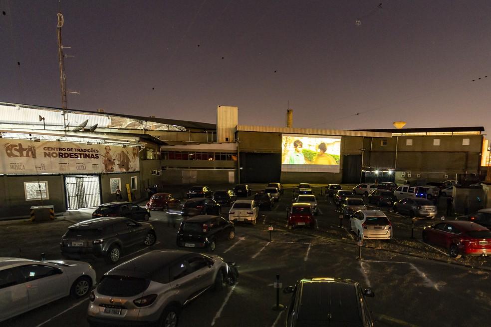 12 de junho - Movimentação de veículos e pessoas durante primeira sessão ao ar livre do cinema Drive-in do CTN (Centro de Tradições Nordestinas), na Zona Norte da cidade de São Paulo — Foto: Anderson Lira/Framephoto/Estadão Conteúdo