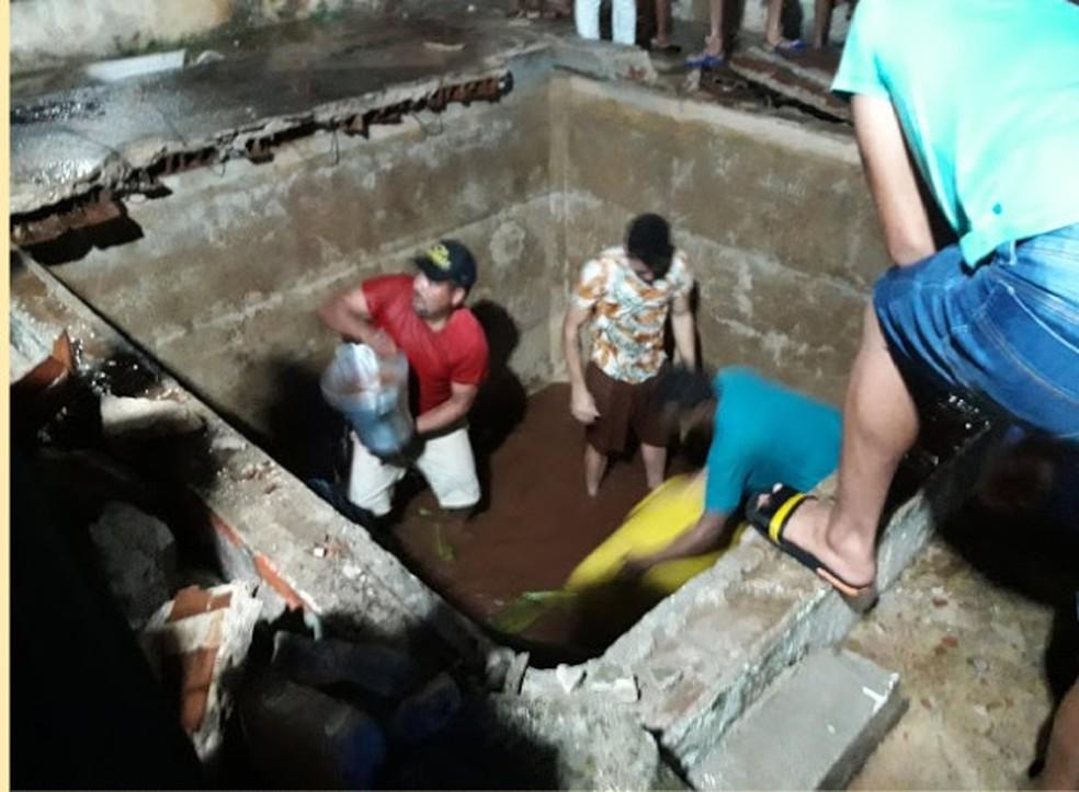 Pessoas se juntaram para tirar a água da cisterna que cedeu em Campo Redondo, interior potiguar — Foto: Redes Sociais