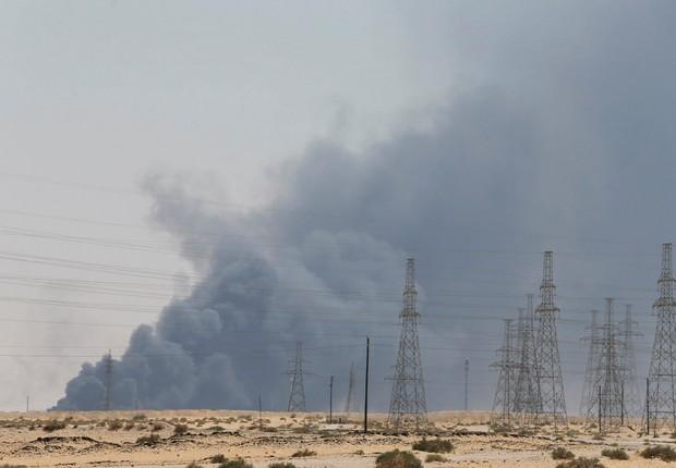 Fumaça gerada por incêndios em instalação petrolífera da Aramco em Abqaiq, Arábia Saudita  (Foto: REUTERS/Stringer)