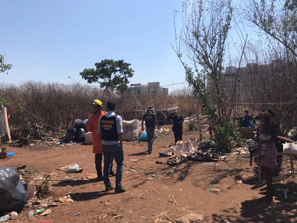 Militares da polícia e Corpo de Bombeiros acompanharam ação de retirada das famílias em área pública do Noroeste (Foto: PMDF/Divulgação)