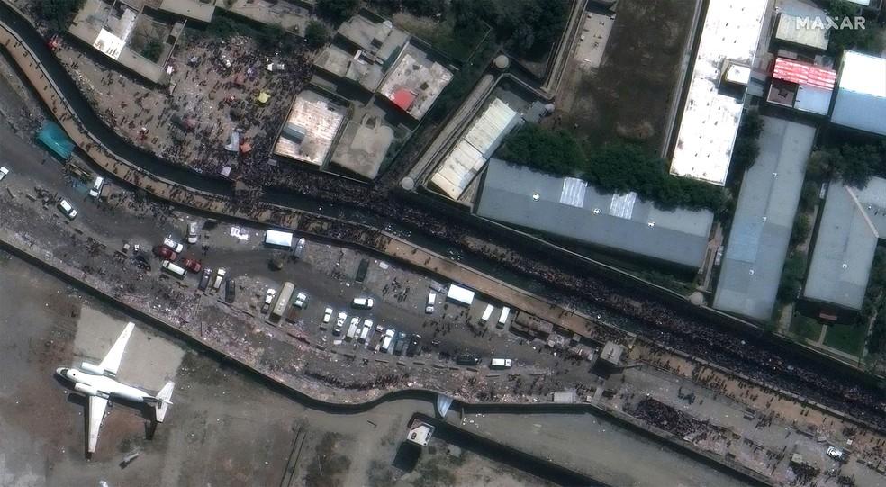 Imagem de satélite feita na segunda-feira (23) mostra a área do Portão Abbey do Aeroporto Internacional Hamid Karzai em Cabul. As explosões ocorreram diante desse portão, segundo relatos — Foto: Imagem de satélite 2021 cortesia de Maxar Technologies via AFP