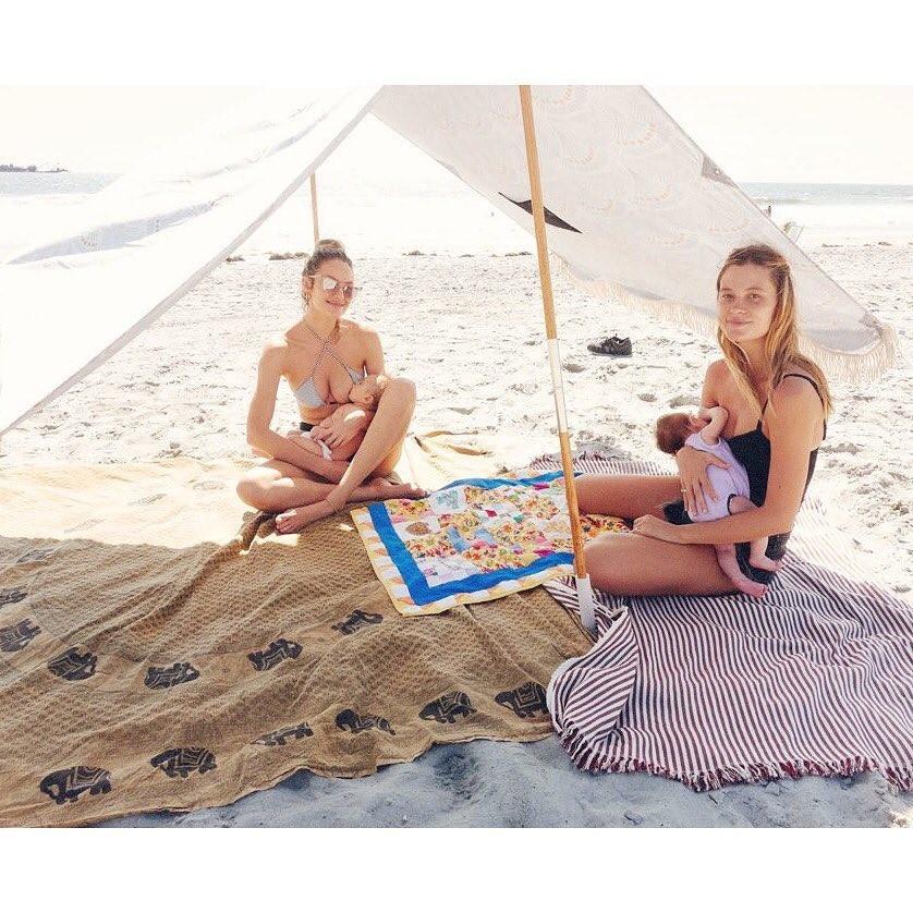 Candice Swanepoe amamenta seu filho na praia (Foto: Reprodução / Instagram)