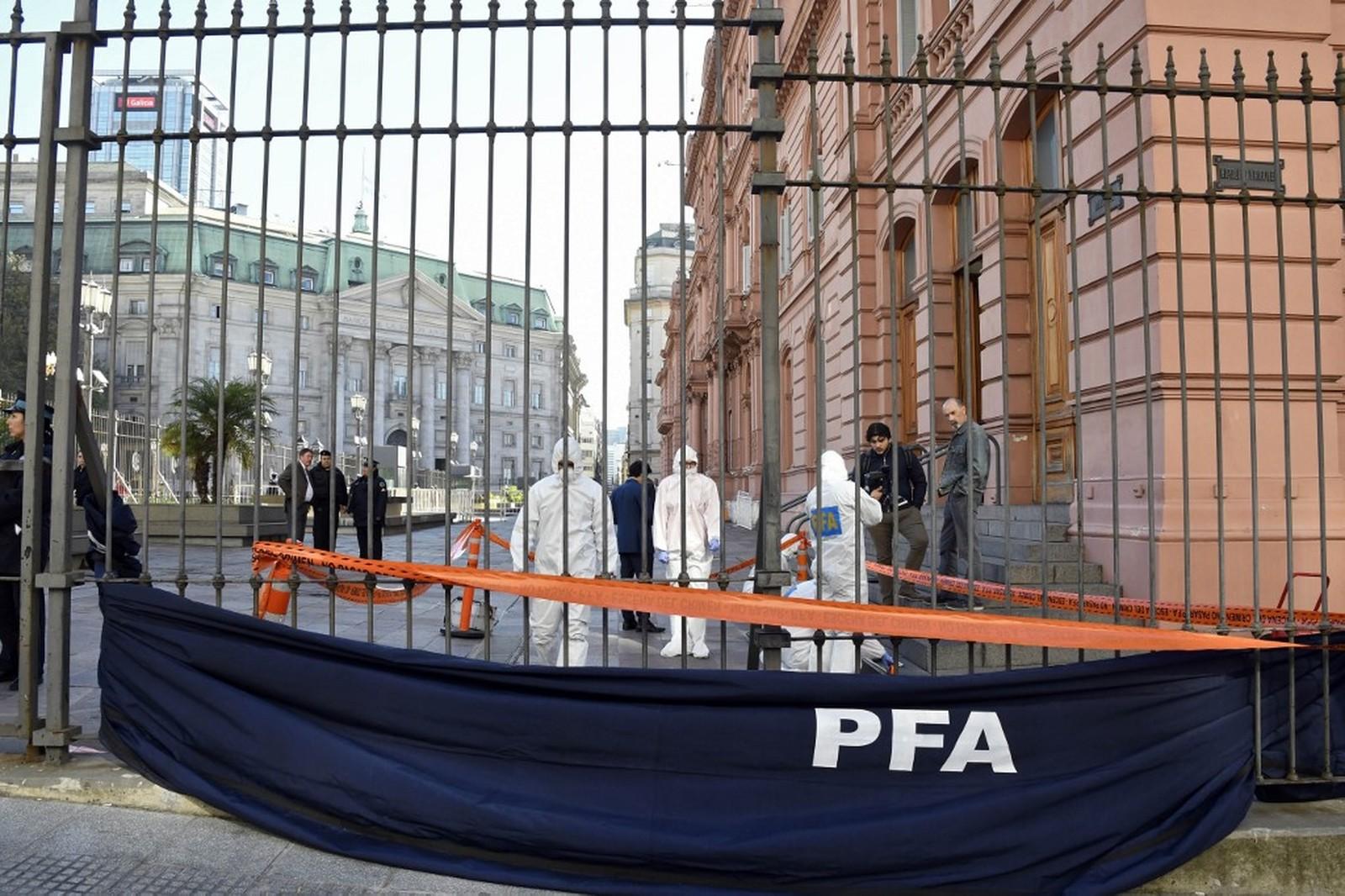Esquadrão antibombas da Polícia Federal da Argentina vasculha Casa Rosada após ameaça de bomba — Foto: Analia Garelli/Telam/AFP