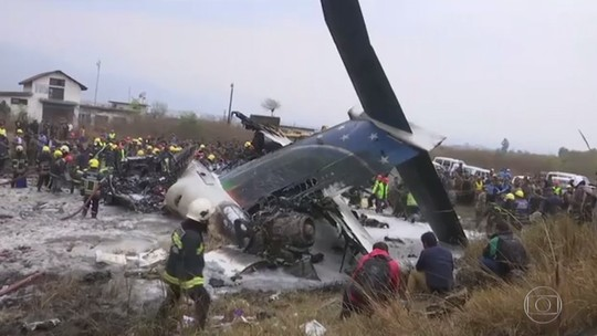 Avião cai em aeroporto de Katmandu, capital do Nepal, e deixa 50 mortos