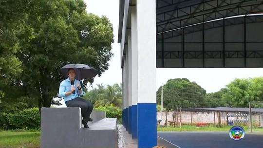 Reforma em escola que custou R$ 360 mil recebe críticas por deixar arquibancada descoberta