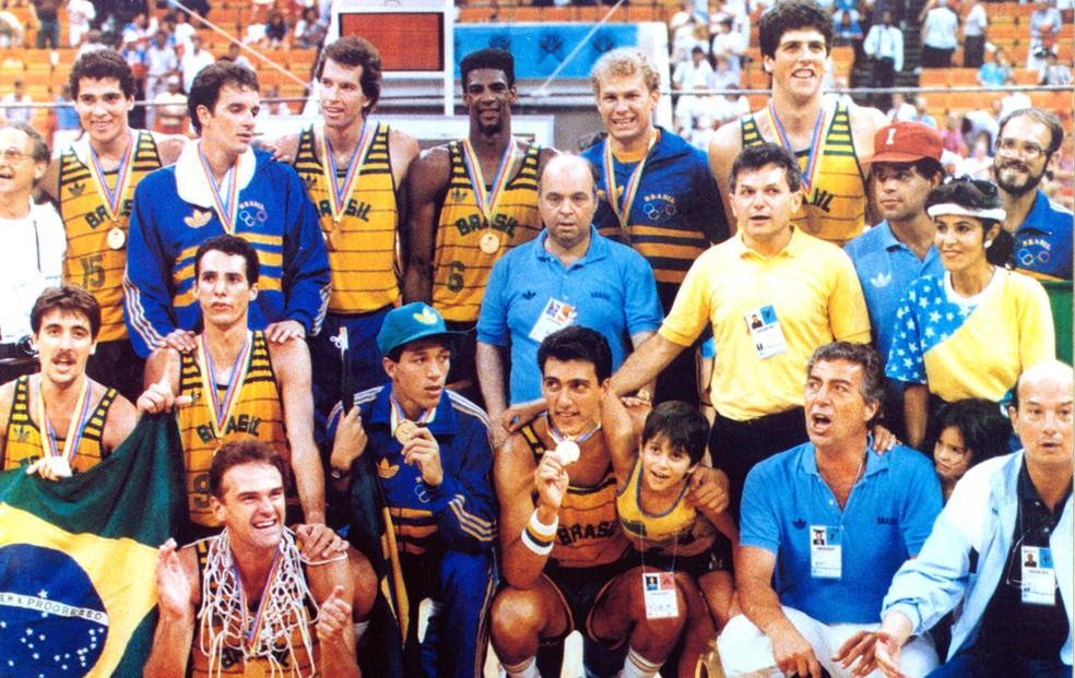 Seleção brasileira medalha de ouro no Pan de 1987 - De pé, Israeal, Marcel, Sílvio, Gerson, André e Rolando; agachados, Guerrinha, Cadum, Oscar, Maury e Paulinho Villas Boas. Pipoka não está na foto (Foto: Arquivo/CBB)