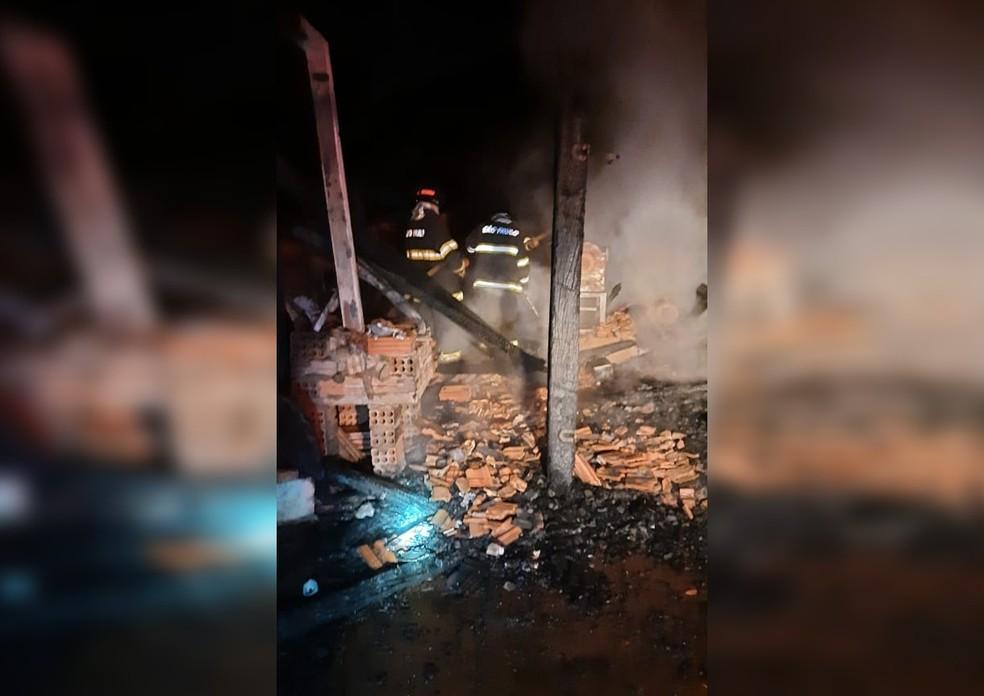 Galpão de fazenda ficou destruído em Taquarituba — Foto: Corpo de Bombeiros/Divulgação