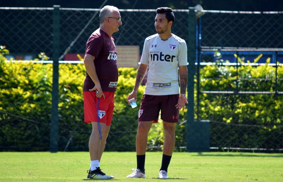 Dorival conversa com Petros, que deve voltar ao time, durante treino do São Paulo (Foto:  Érico Leonan / saopaulofc.net)