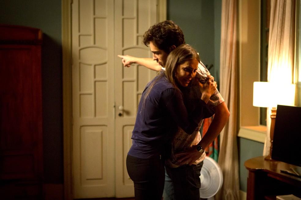 Valentim confronta Karola sobre seu rapto quando bebê — Foto: Fabiano Battaglin
