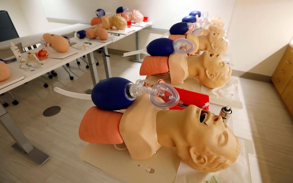Manequins de treinamento são vistos em sala para estudantes de medicina em Jackson, Mississippi, em foto de 4 de agosto (Foto: AP Photo/Rogelio V. Solis)