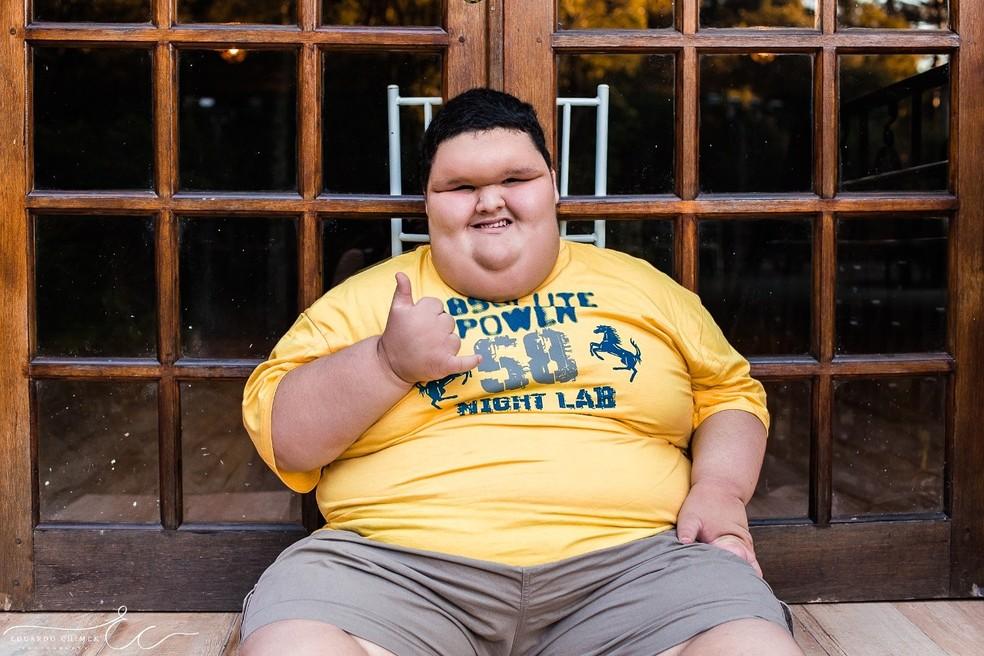 Família afirma que, em razão da obesidade, Matheus nunca jogou bola ou aprendeu a andar de bicicleta — Foto: Gabriela Fetter/Arquivo Pessoal