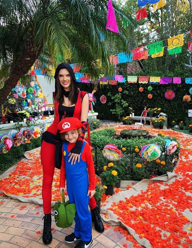 Alessandra Ambrosio e o filho, Noah (Foto: Reprodução/Instagram)