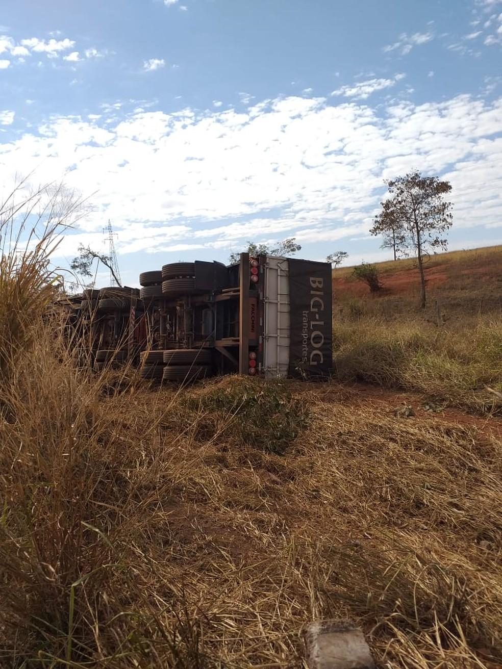 Carreta tombou após bater de frente com carro, em rodovia de MS. Foto: Site Destakagora
