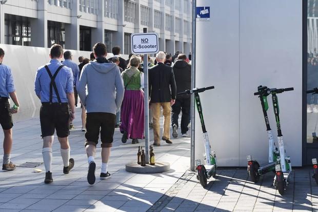 Alemães perdem carteira de motorista por andarem bêbados de patinete elétrico