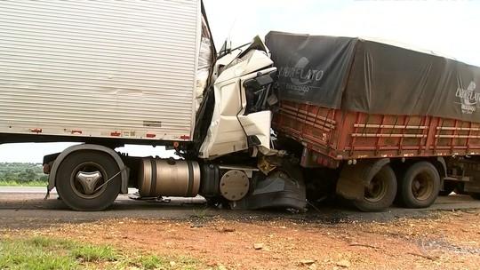 Batida entre carretas faz cabine 'sumir' e mata motorista na SP-280 em Boituva
