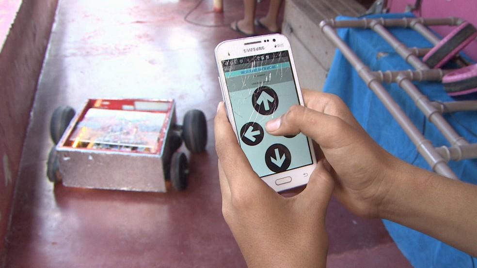 Robô é controlado pelo celular  (Foto: Reprodução/ Rede Amazônica )
