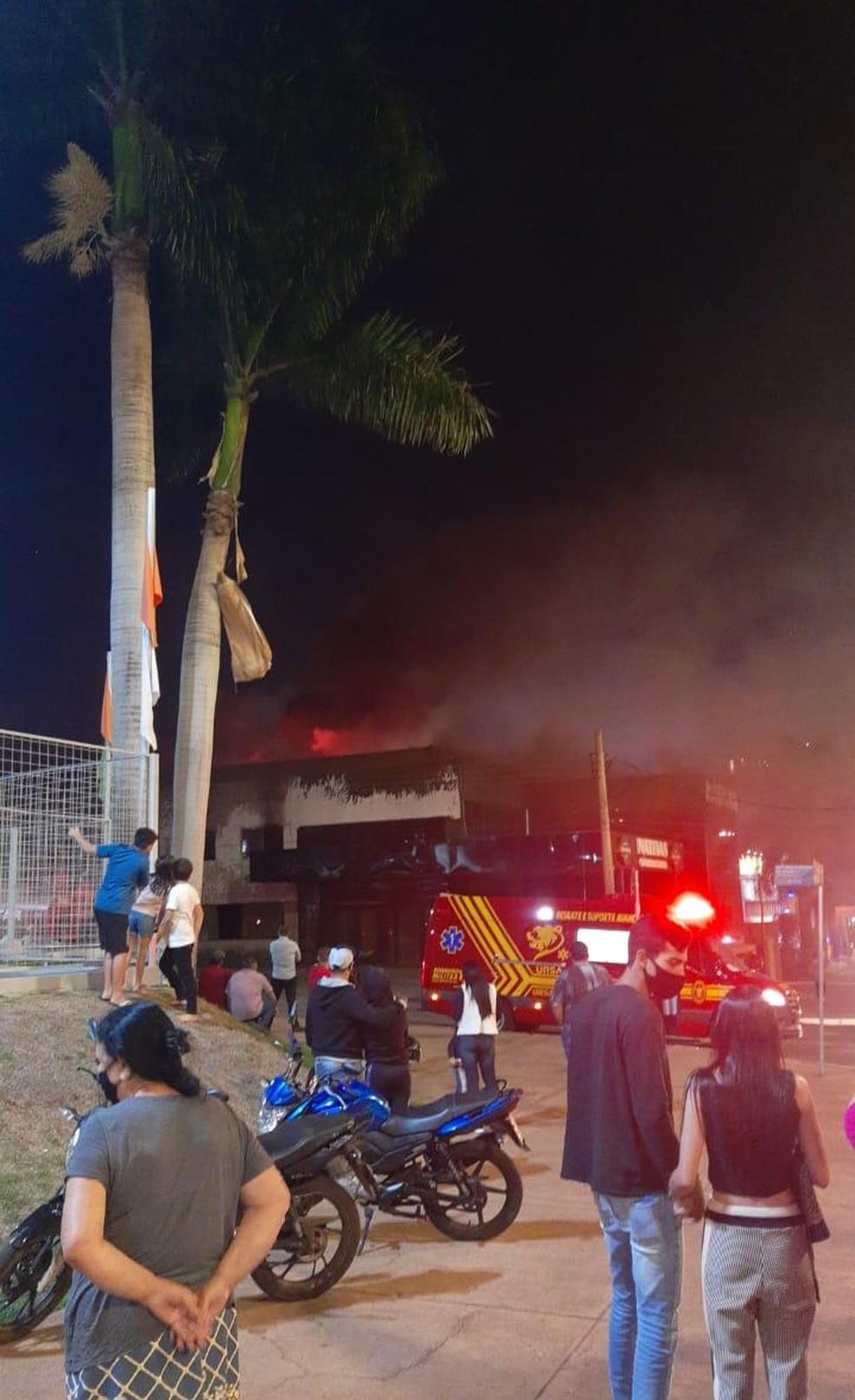 Pessoas acionaram Corpo de Bombeiros ao avistar fumaça em avenida   Foto: Redes Sociais/Reprodução
