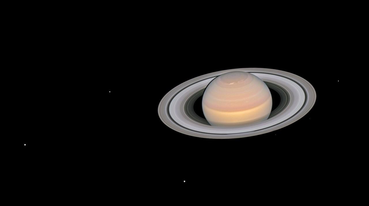 Imagem com as luas de Saturno (Foto: Divulgação/ NASA e ESA)