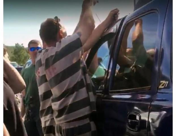 Detentos arrombam carro por motivo nobre! (Foto: Reprodução Facebook)