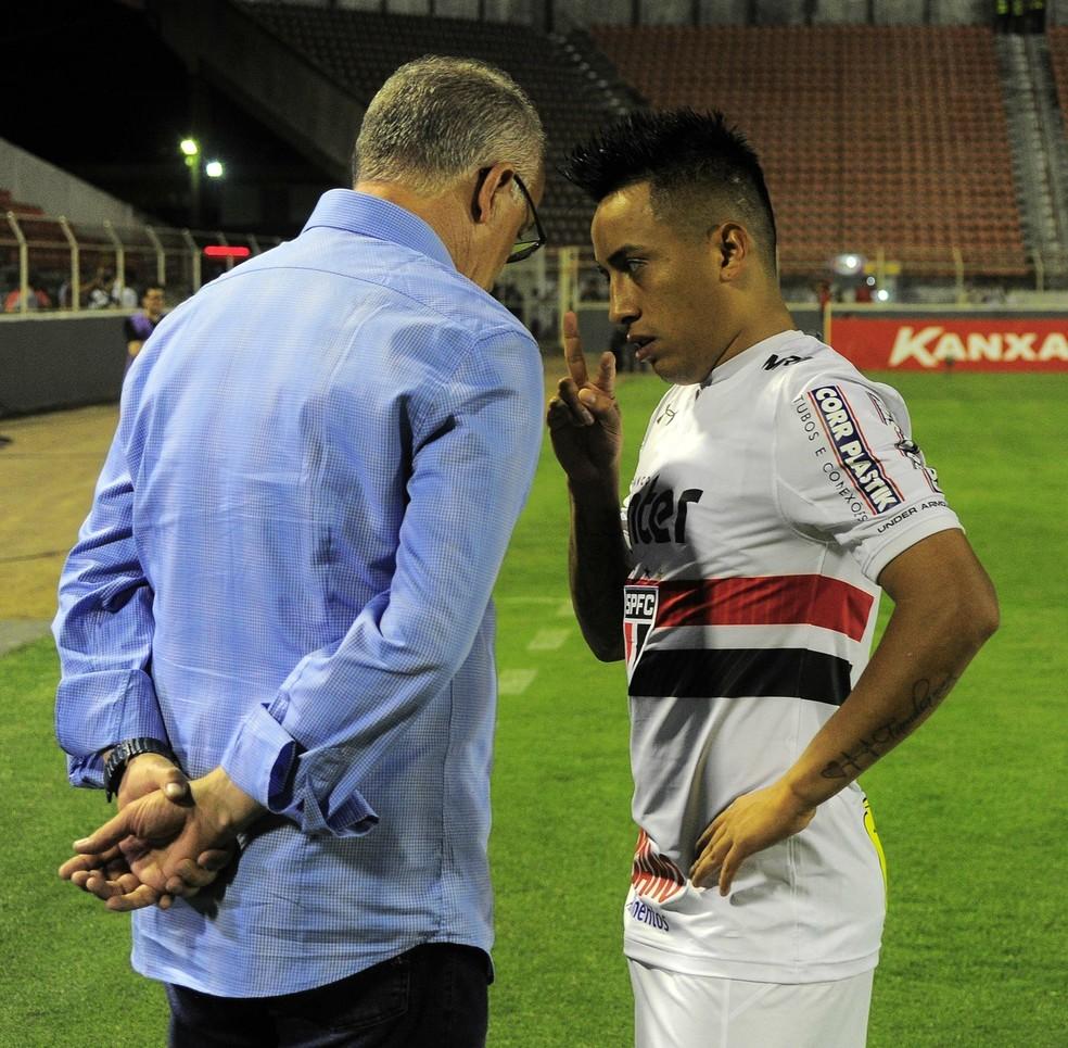 Dorival Júnior conversa com Cueva no jogo entre São Paulo e Ituano (Foto: Marcos Ribolli)