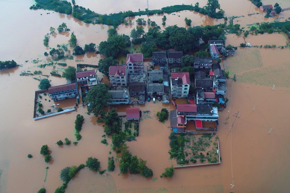 Casas e carros ficaram submersos depois da chuva intensa que atingiu a província de Jiangxi, na China, nesta segunda-feira (10). — Foto: Stringer/Reuters