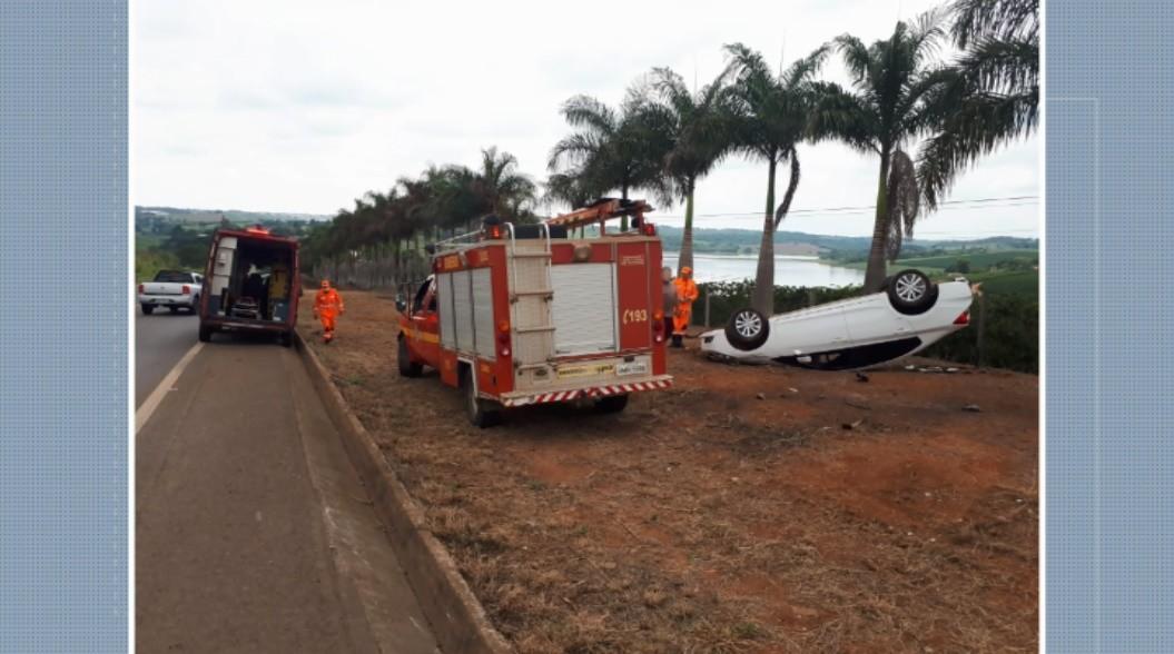 Carro capota em acidente que envolveu três veículos na MGC-491