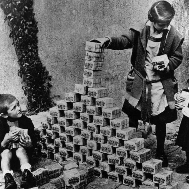 Meninos alemães usado notas de marco para construir uma torre em 1923 (Foto: GETTY IMAGES via BBC)