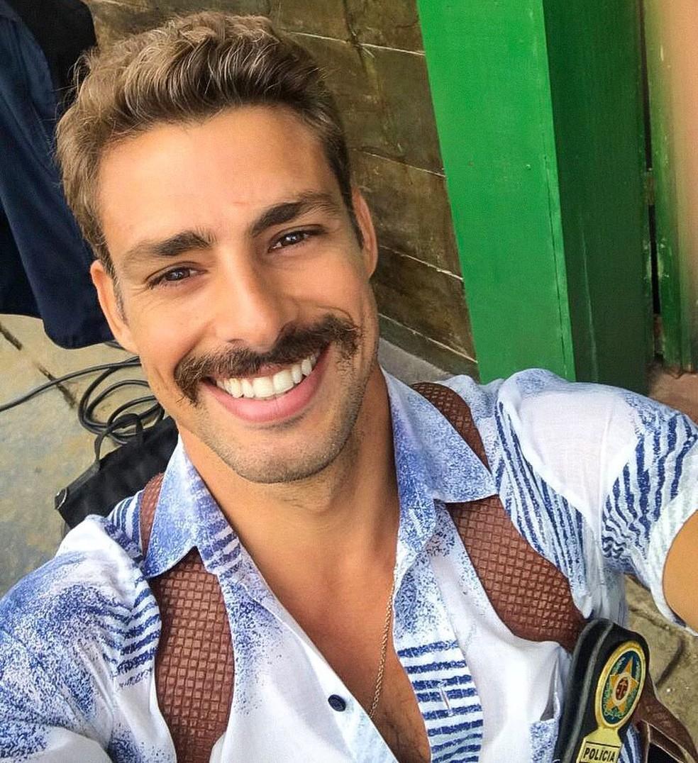Selfie nos bastidores: ator adotou bigode e buscou referência nos anos de 1980 para personagem em filme (Foto: Arquivo pessoal)