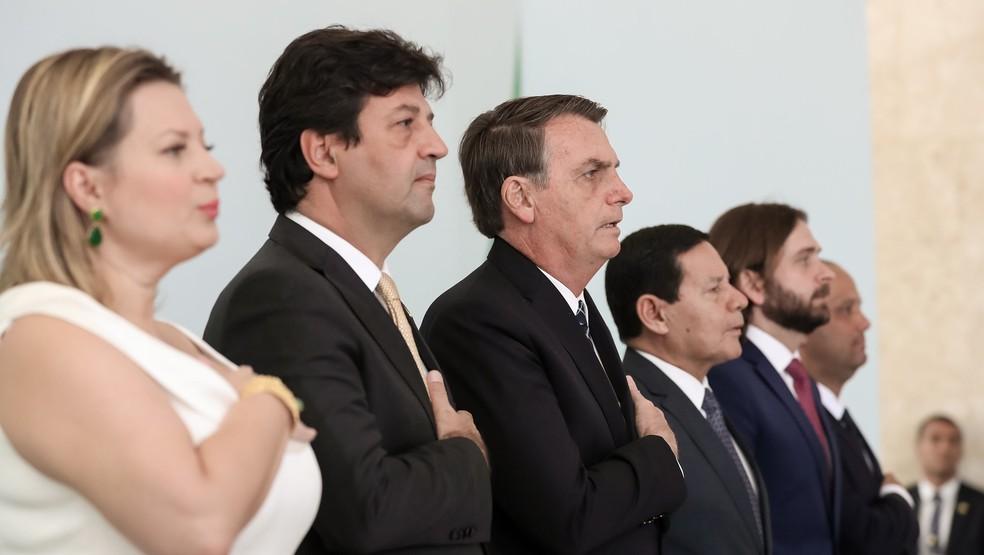O presidente Jair Bolsonaro e o ministro da Saúde, Luiz Henrique Mandetta, ao lado de parlamentares e outras autoridades na Cerimônia de lançamento do programa Médicos pelo Brasil, no Palácio do Planalto. — Foto: Marcos Corrêa/ Presidência da República