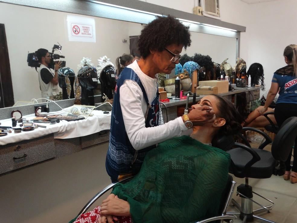 A maquiadora Tabyra Mariz na preparação de uma das personagens do bacanal (Foto: Joalline Nascimento/G1)