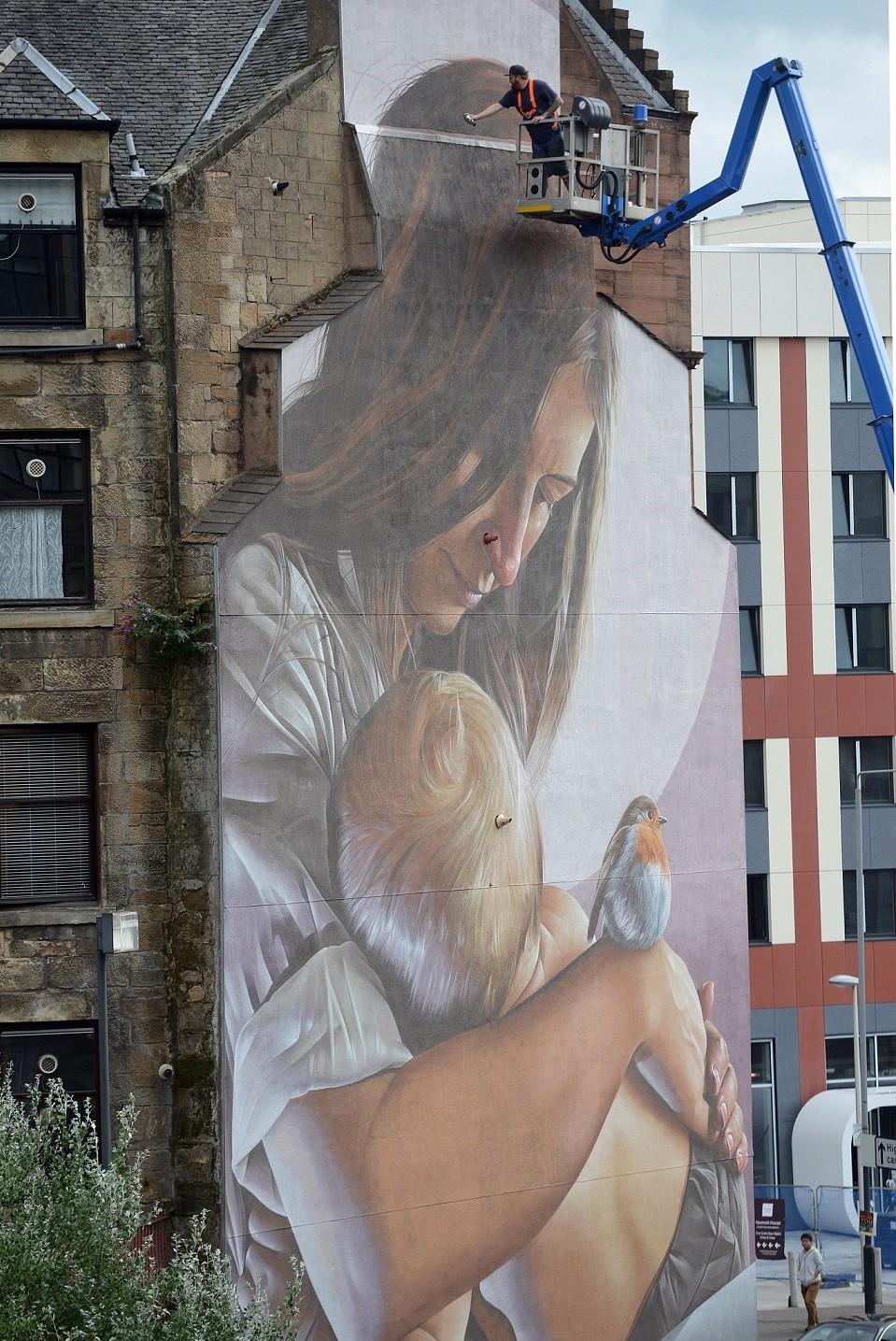 Mural de mãe amamentando em Glasgow (Foto: Reprodução James Chapelard / SWSN)