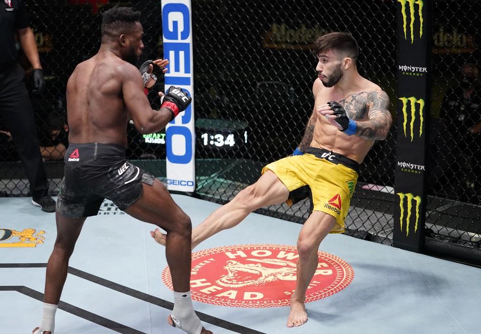 Matheus Nicolau conecta um chute baixo em Manel Kape no UFC Edwards x Muhammad — Foto: Getty Images