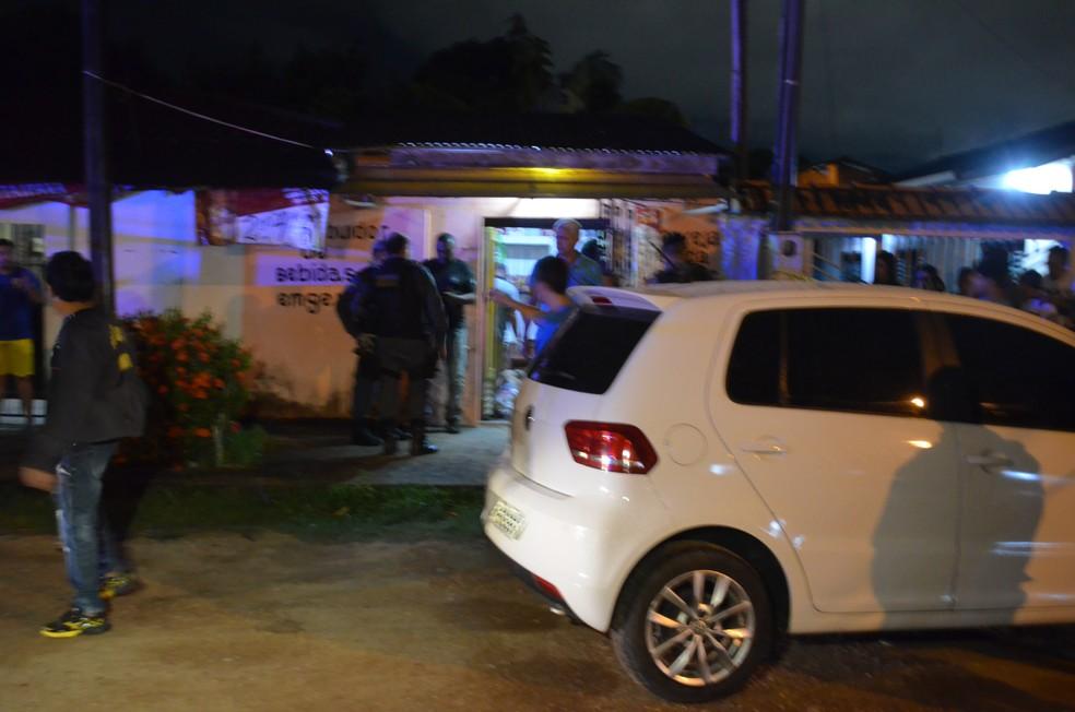 Jovens foram surpreendidos a tiros na frente de estabelecimento comercial, na Zona Norte de Macapá (Foto: Rita Torrinha/G1)
