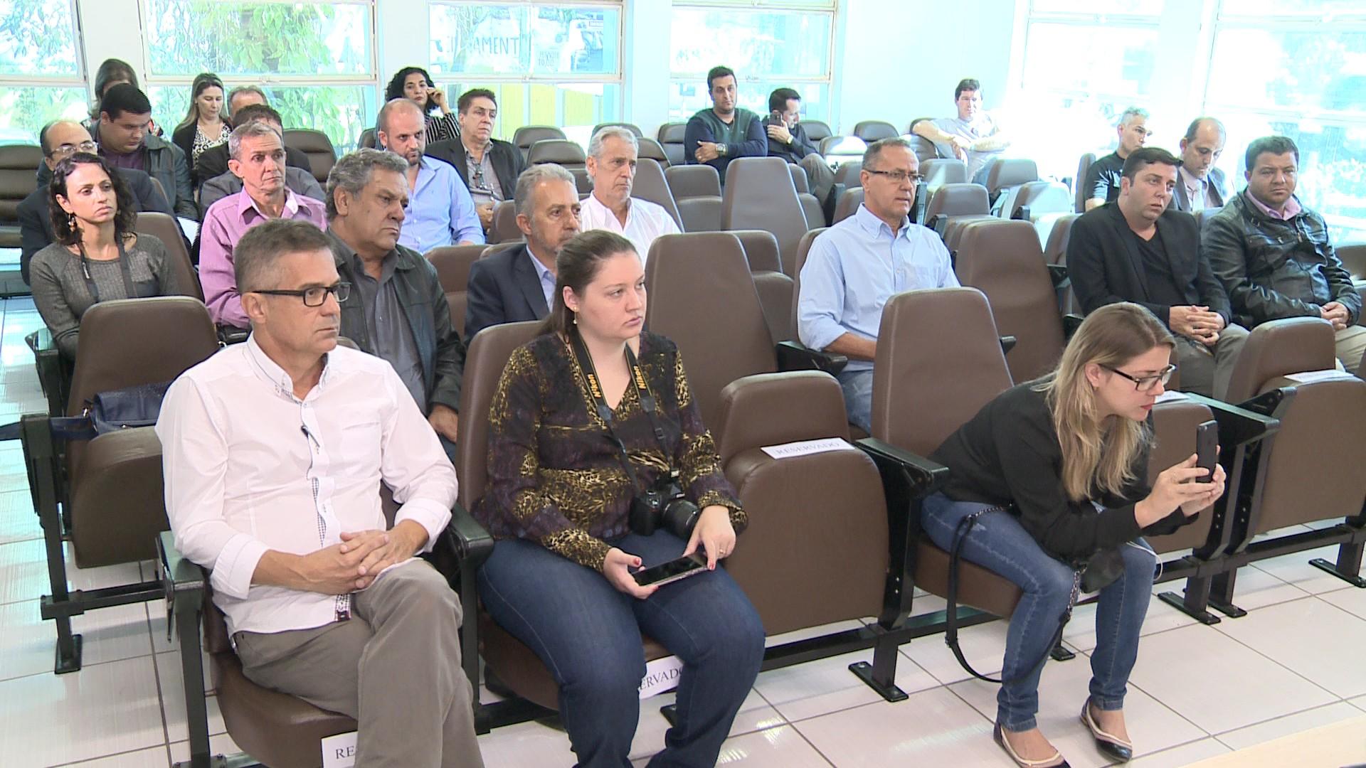 Prefeitos da região Centro-Oeste de MG se reúnem em Divinópolis para debater atraso no pagamento do Fundeb