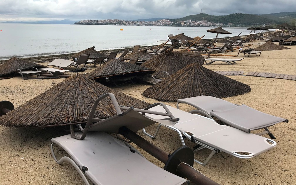 Danos na praia em Porto Carras, Halkidiki, Grécia, após tormenta — Foto: Iona Serrapica / Reuters