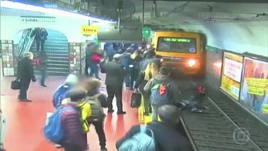 Mulher cai em trilho de metrô na Argentina