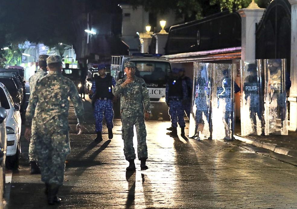 Soldados das Maldivas patrulham neste domingo (5) a principal rua de Male, nas Maldivas (Foto: Mohamed Sharuhaan/ AP Photo)