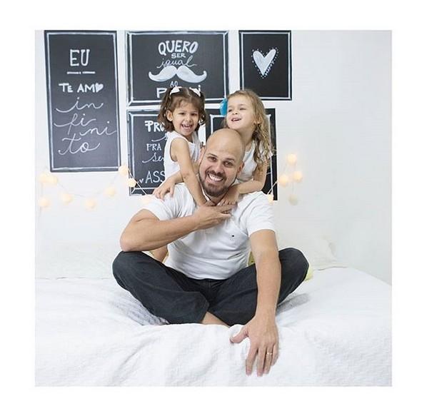Edu é quem cuida da rotina das duas filhas, Maria Antônia, 4, e Maria Eduarda, 3 (Foto: Reprodução Instagram)
