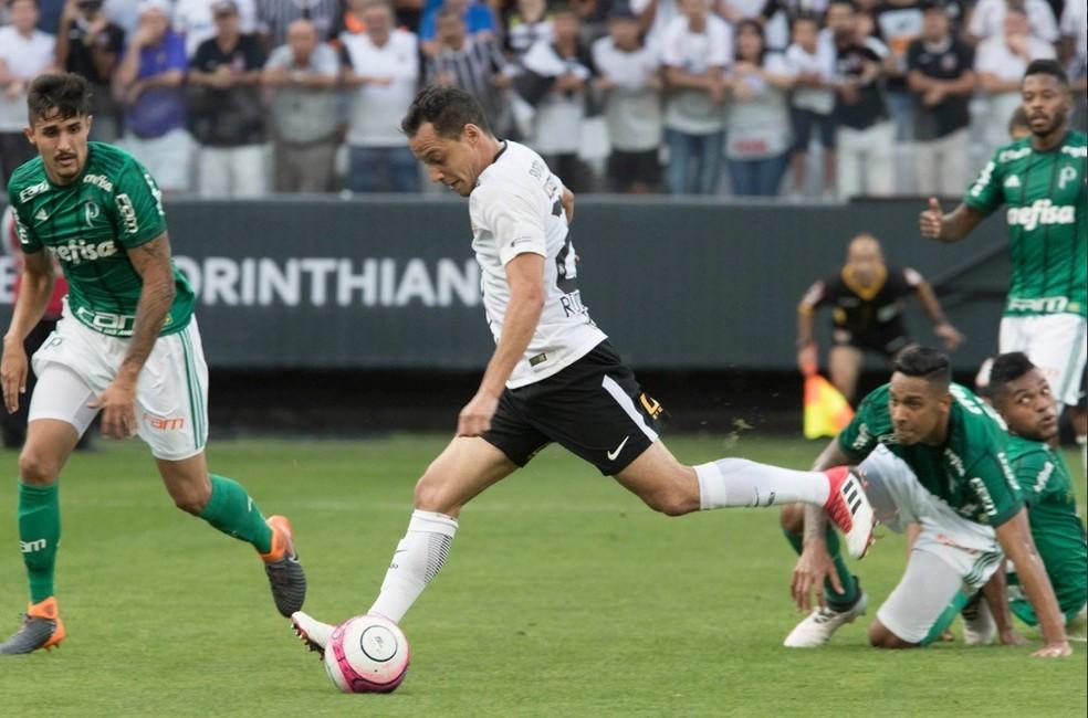 Rodriguinho deixa Borja e Antônio Carlos no chão antes de golaço (Foto: Daniel Augusto Jr/Ag. Corinthians)