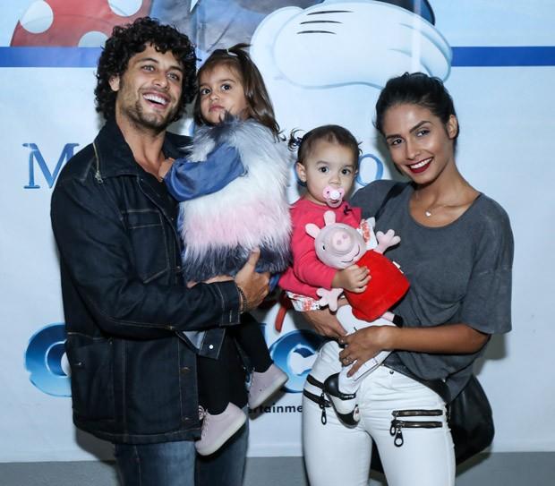 Jesus Luz, Ana Carolina Ramiro, a filha Malena e amiguinha (Foto: Roberto Filho/Brazil News)