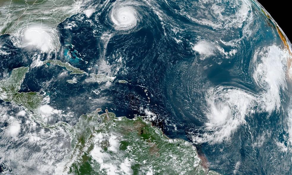 Imagem de satélite mostra cinco tempestades tropicais na região do Atlântico Norte nesta segunda-feira (14) — Foto: NOAA via AP