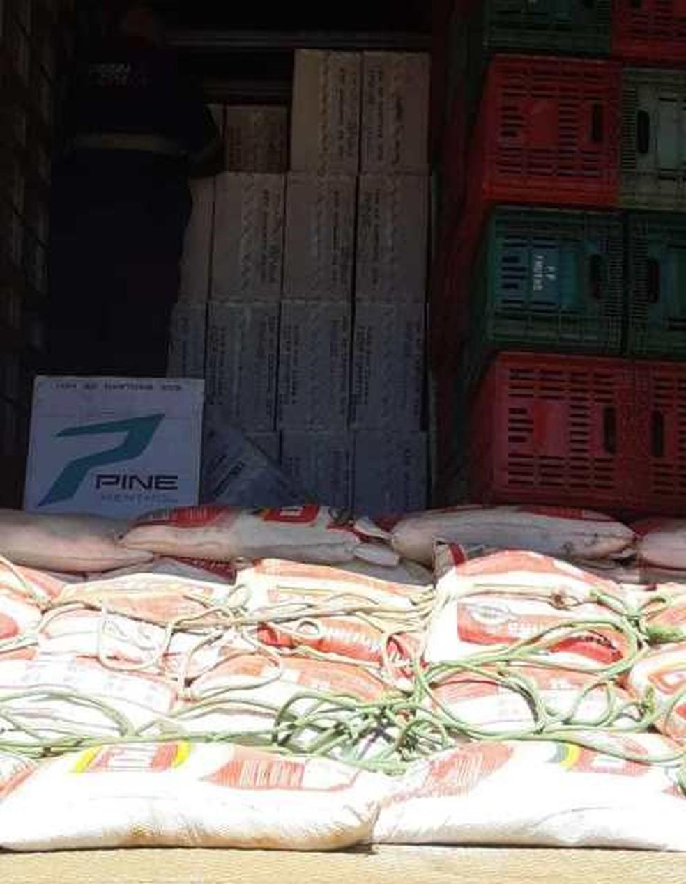 Mercadoria foi encontrada escondida em caminhão — Foto: Divulgação/PRF