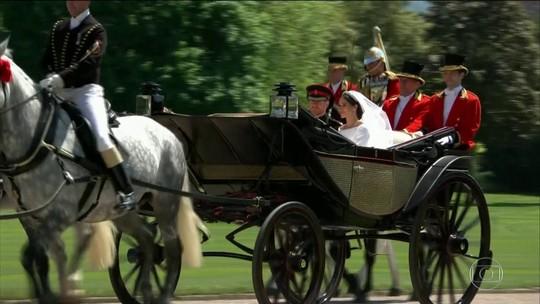 Súditos acampam para ver o passeio do casal em carruagem aberta