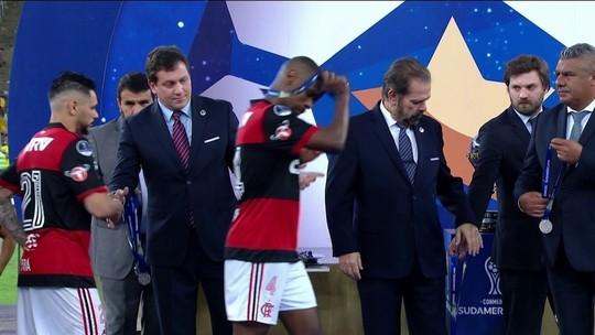 Frustração evidente: veja a reação dos jogadores do Fla na entrega das medalhas