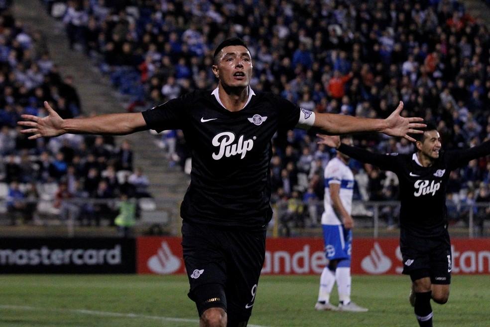 Atacante Óscar Cardozo é um dos principais nomes do time do Libertad — Foto: Alberto Valdés/EFE