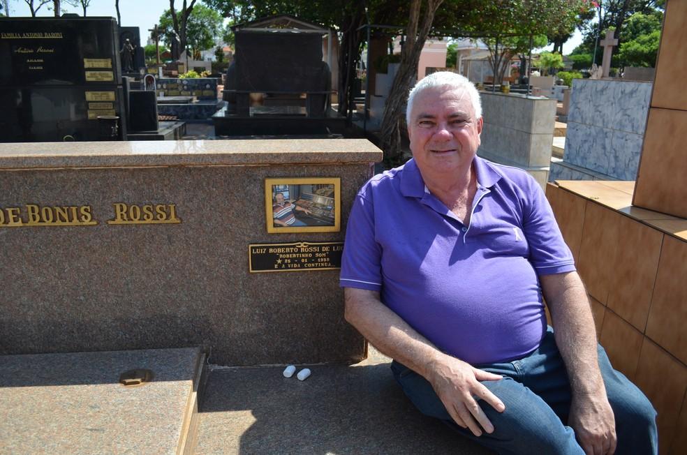 Há dois anos o túmulo do aposentado Roberto Rossi está preparado no Cemitério da Saudade em Ribeirão Preto (Foto: Adriano Oliveira/G1)